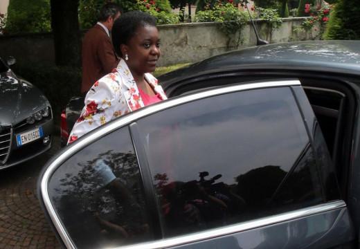 Kyenge: campagna elettorale in auto blu. Ecco gli insulti razzisti grillini